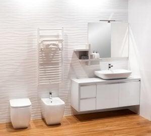 Helles Badezimmer mit Bidet