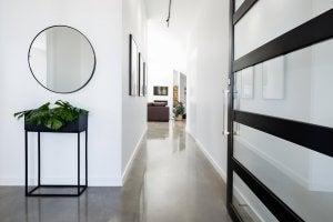 Flur mit rundem Spiegel und einer Grünpflanze