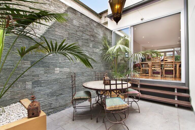 Wie man einen 15 m² großen Innenhof gestalten kann