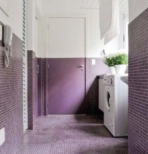 Tür bis zur Hälfte lila gestrichen