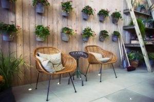 Innenhof mit einem kleinen Tisch und zwei Stühlen
