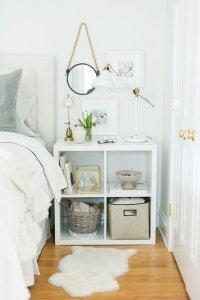 Weißes Regal als Nachttisch