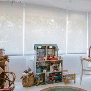 Kinderzimmer mit blickdichten, lichtdurchlässigen Rollos