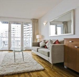Wohnzimmer mit einem großen Spiegel über dem Sofa