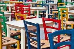 Bunte Stühle mit Korbgeflecht