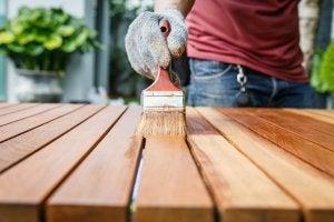 Holztisch wird in braun lackiert