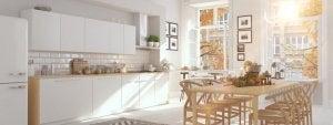 Weiße Küche mit Esszimmermöbeln aus Holz