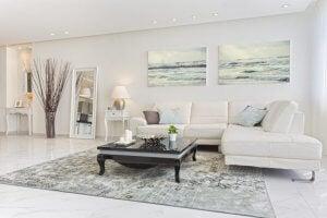 Weißes Wohnzimmer mit passender Beleuchtung
