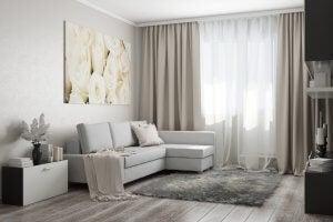 Klassische romantische Vorhänge in beige und weiß