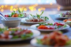 Mehrere Teller auf einem Tisch