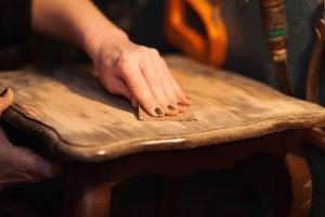 Holzstuhl wird abgeschliffen