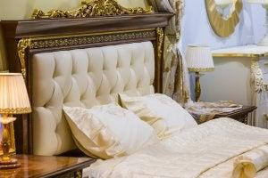 Bett mit auffälligem Kopfteil