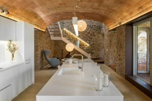 Küche mit Steinwand