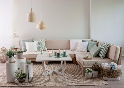 Um ein helles und geräumiges Wohnzimmer zu schaffen, solltest du vermeiden, dass schattige Ecken entstehen