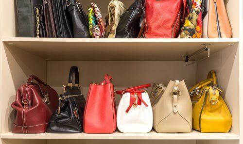 Die Aufbewahrung von Handtaschen in einem Schrank vermeidet, das sich viel Staub darauf ansammelt