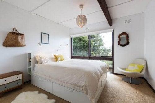 Hochbetten mit eingebauten Schubladen, sind ebenfalls nützliche Möbel mit extra Stauraum