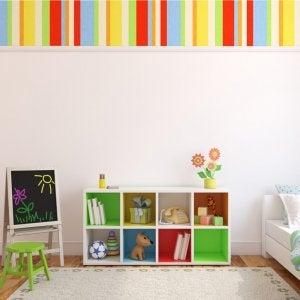 Durch die Verwendung von würfelförmigen Regalen kannst du alle dekorativen und nützlichen Gegenstände des Kinderzimmers übersichtlich aufbewahren