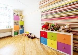 Kisten oder Truhen helfen ein Kinderzimmer aufgeräumt zu halten