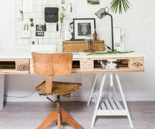 Abgesehen davon, dass wir unser Umwelt respektieren, lehrt uns der Trend zu recyceln auch, Materialien wiederzuverwenden und wunderschöne, originelle Möbelstücke herzustellen, die kostengünstig sind.