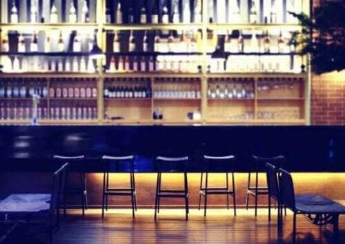 Bevor du du damit beginnst, das Dekor für deine Bar hinzuzufügen, solltest du zunächst daran denken, Platz für den Zugang zum Barbereich zu lassen.