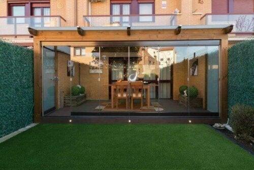 Wenn du deine Veranda das ganze Jahr über nutzen möchtest, ist es am besten, sie mit Glaswänden oder großen Fenstertüren zu umschließen.