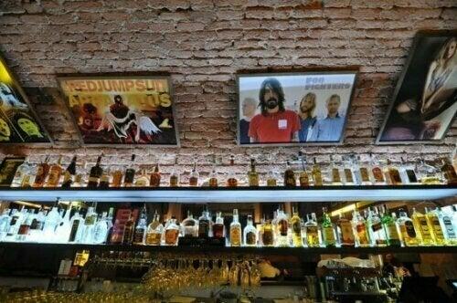 Vergiss nicht, dass dein Spirituosenregal eine weitere Möglichkeit ist, um deine Bar zu dekorieren.