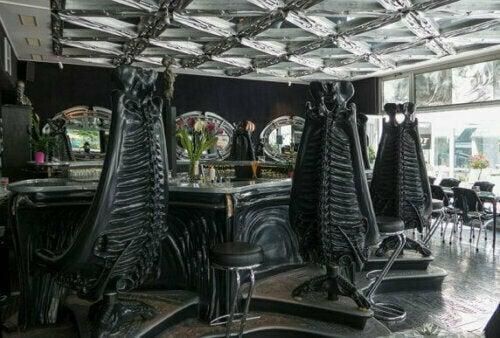 Du kannst dich beim Dekor für eine Bar von einem Kunstwerk oder sogar von einem Künstler inspirieren lassen.