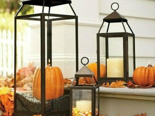 Laternen für den Herbst mit Kürbisen und Orangenschalen schmücken