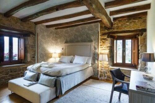 Möbelstücke im Bauernhausstil sind groß und robust mit einem gealterten Aussehen, das Räume mit Charakter füllt.