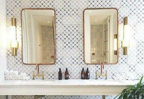 Spiegel sind ein Muss für jedes Badezimmer.