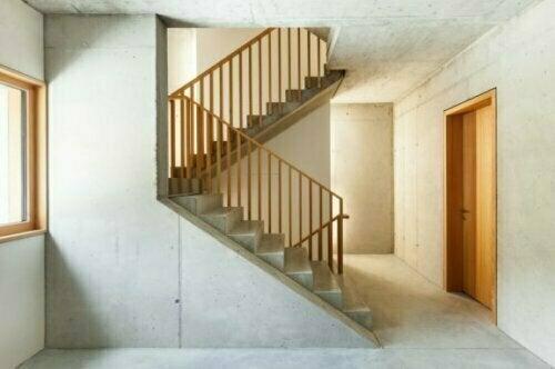 Eine einfache Betontreppe fügt sich perfekt in viele Umgebungen ein.