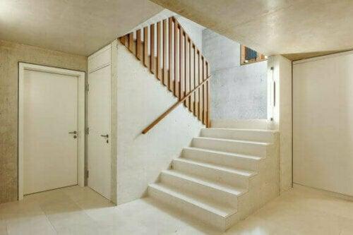 Du kannst auch einen Treppenabsatz verwenden, der zu Dekorationszwecken dient.
