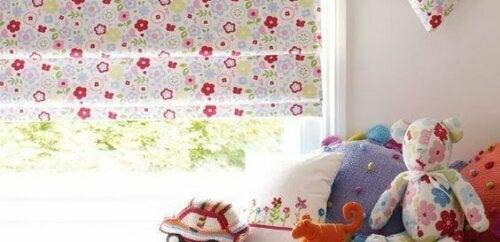 Jalousien sind perfekt, wenn du ein kleines oder ungewöhnlich geformtes Fenster hast.