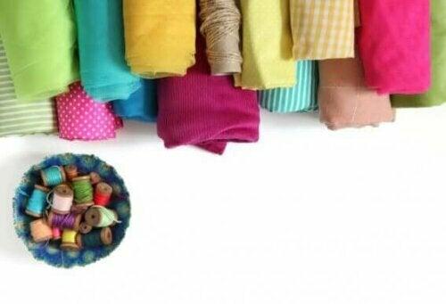 Wenn du mit dem Nähen der Seiten und der Unterseite fertig bist, drehe das Kissen um, um die Nähte zu verbergen.