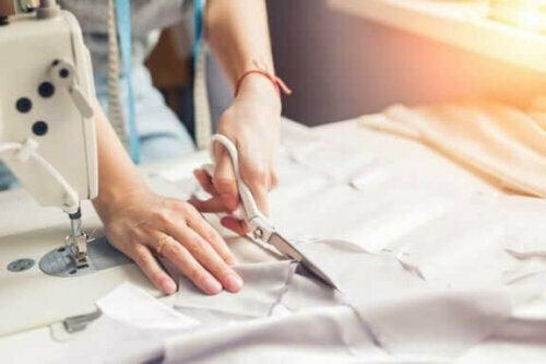 Wenn du mit dem Schneiden deines Stoffes fertig bist, lege ein Rechteck auf das andere und nähe sie zusammen.