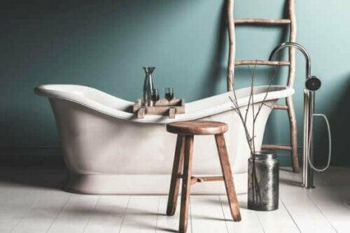 Wenn ein rustikales Badezimmer ein Hauptmerkmal hat, dann ist dies eine freistehende Badewanne.