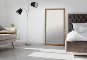 Große Spiegel auf dem Boden sehen wunderschön aus, aber sie sind nicht sicher und sie können Haushaltsunfälle herbeiführen.