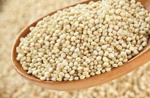 Fülle dein eigenes Wärmekissen mit Hirse, anstatt mit Reis, da dieser mit der Zeit einen komischen Geruch annimmt.