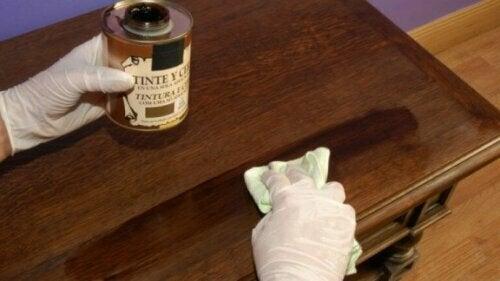 Zum Auftragen des Wachses kannst du entweder einen Lappen oder eine Bürste mit weichen Borsten verwenden.
