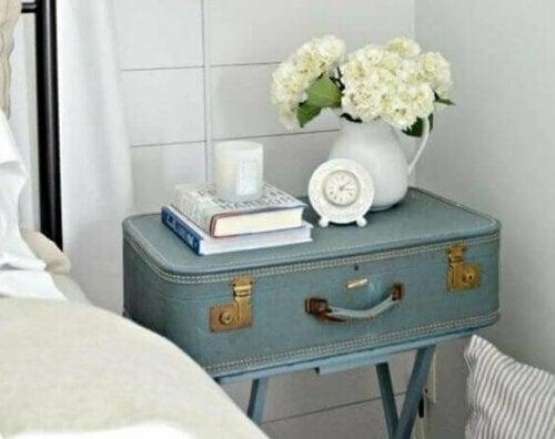 Accessoires und Möbel aus der Vergangenheit sind eine wunderbare Möglichkeit, einem kostengünstigen Haus viel Stil zu verleihen.