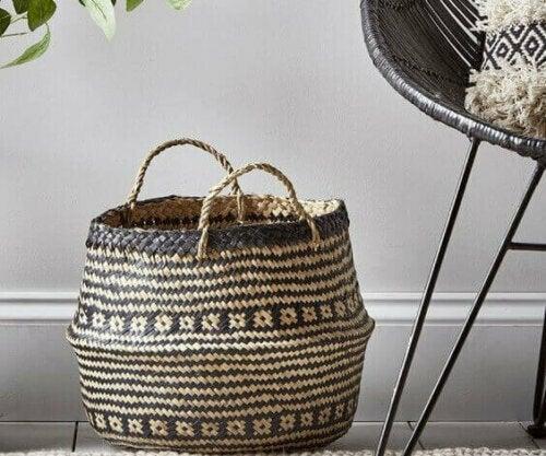Neben Pflanzgefäßen finden sich jedoch auch andere schöne Designs, wie zum Beispiel Behälter mit Tribal-Designs für die Dekoration.