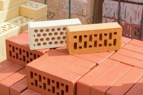 Lehmziegel haben in der Regel eine rechteckige Form und werden bei hohen Temperaturen gebrannt.