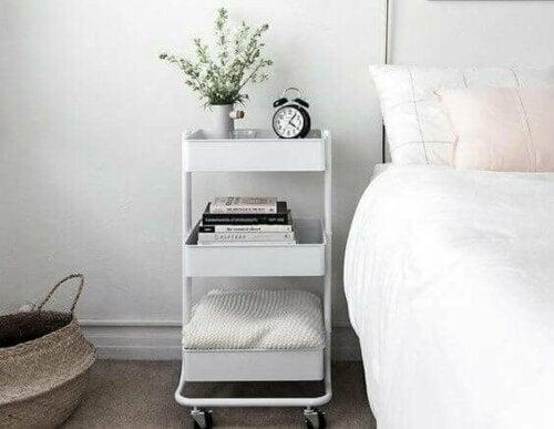 Der Servierwagen ist ein in verschiedenen Farben erhältlich, aber du kannst auch bei diesem Möbelstück auf eine Vielzahl von IKEA-Hacks zurückgreifen - ganz nach deinen Vorlieben.