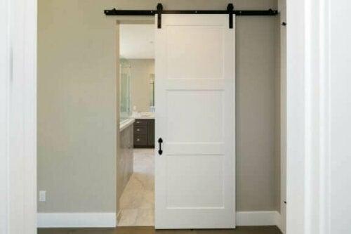 Eine der einfachsten Möglichkeiten, um mehr Platz in kleinen Badezimmern zu gewinnen, ist der Einbau von Schiebefenstern oder -türen.