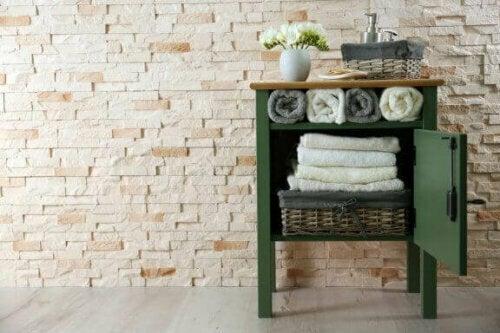 Weidenkörbe eignen sich nicht nur zur Dekoration, sondern auch für die Aufbewahrung von Toilettenartikeln.
