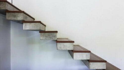 Eine schwebende Treppe bedeutet keine klobigen Elemente, wodurch die Umgebung ein leichtes Flair beibehält.