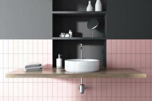 Eine schwebende Waschbecken schafft mehr visuellen Raum als ein traditionelles Modell, das den Boden berührt.