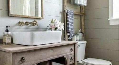 Eine alte Holzleiter findet sich womöglich nicht auf deiner Liste der Dinge, die du dir in deinem Badezimmer wünschst; sie verleiht dem Ambiente jedoch ein besonderes Dekor.