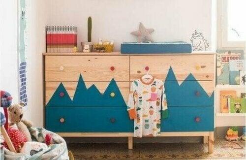 Die TARVA-Kommode stammt aus einer der einfacheren Kollektionen von IKEA.