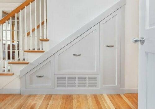 Hole das Beste aus dem Platz unter deiner Treppe heraus, indem du dort einen Kleiderschrank einbaust (ideal für Mäntel und Regenschirme).